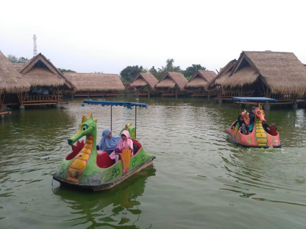 Anak – anak juga diberi hiburan untuk bermain di atas perahu di danau Mang Engking